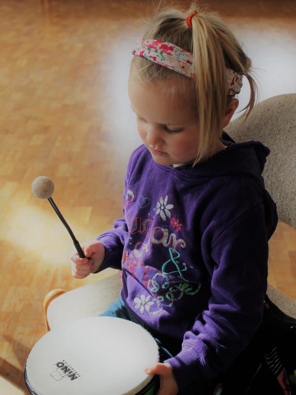 Die musikalische Frühförderung bietet Deinem Kind eine spielerisch-musische Möglichkeit, die kognitiven Fähigkeiten und die Kreativität zu steigern.